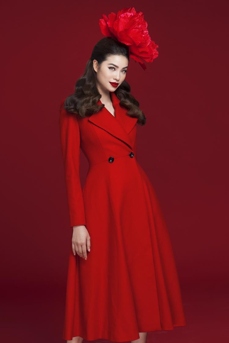 Phạm Hương toát lên nét thanh lịch nhưng không kém phần nổi bật với sắc đỏ. Hình ảnh quý cô châu Âu cổ điển được Hoa hậu Hoàn vũ Việt Nam 2015 thể hiện qua phom shirt dress hiện đại.
