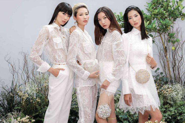 """Các thiết kế trong BST """"She's A Goddess"""" của NTK Chung Thanh Phong một lần nữa tỏa ra thứ ánh sáng mê hoặc thông qua những hình ảnh mới nhất. Khó ai có thể cưỡng nổi sức hút kì lạ của vẻ đẹp đến từ trang phục dành riêng cho các nữ thần bước ra từ thần thoại Hy Lạp cổ đại."""