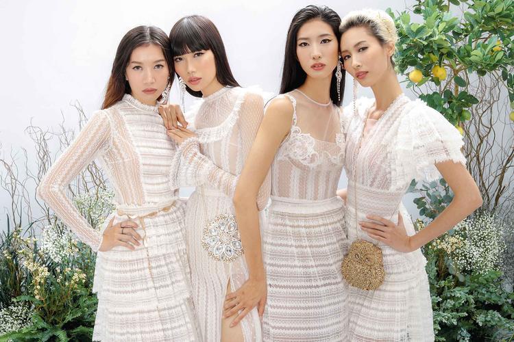 Mỗi người một vẻ, các nữ thần khéo léo khoe sắc trong những trang phục mà họ diện trên người. Chung Thanh Phong đã tinh tế chọn sắc trắng để gợi nên cảm giác sang trọng, quyền lực. Trong đó có nhiều chiếc đầm dùng chất liệu ren, thêu, đính kết được đặt sản xuất riêng đến hơn 3 tháng và nhập khẩu trực tiếp từ Châu Âu, Hàn Quốc.