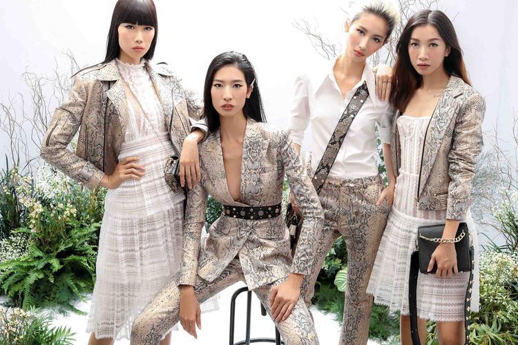 """Trước đó, vào giữa tháng 12/2017, NTK Chung Thanh Phong mang đại tiệc thời trang """"She's A Goddess"""" với 80 thiết kế ra mắt công chúng. Làng thời trang Việt Nam đã có cơ hội mãn nhãn với những bộ trang phục như bước ra từ thần thoại Hy Lạp."""