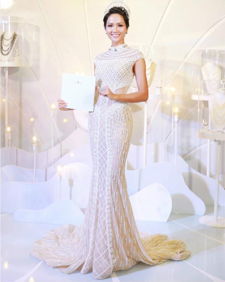 Cũng trong tuần qua, hoa hậu H'Hen Niê đội vương miện và diện váy gắn ngọc trai cầu kì tham dự sự kiện. Lần này, H'Hen Niê không mắc một lỗi nào với diện mạo cực xinh đẹp. Chọn lối trang điểm trong suốt, H'Hen Niê vẫn tỏa sáng rực rỡ, xinh đẹp tựa một nữ thần.