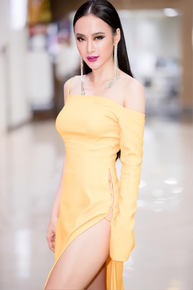 Trái ngược với Tú Anh, Angela Phương Trinh lại trang điểm siêu đậm trong một sự kiện mới đây. Chọn màu mắt vàng pha khói siêu đậm và son môi hồng fuchsia, Angela Phương Trinh khiến khán giả ngỡ ngàng bởi vẻ đài các.