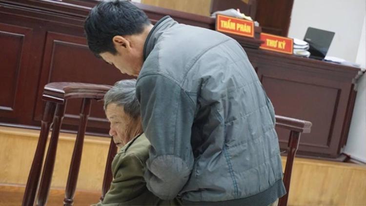 Nguyễn Danh Vĩnh liên tục tỏ ra rất mệt mỏi.