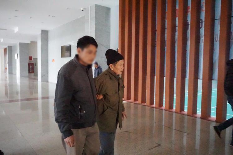Bị cáo Nguyễn Danh Vĩnh được người thân dìu đến toà.