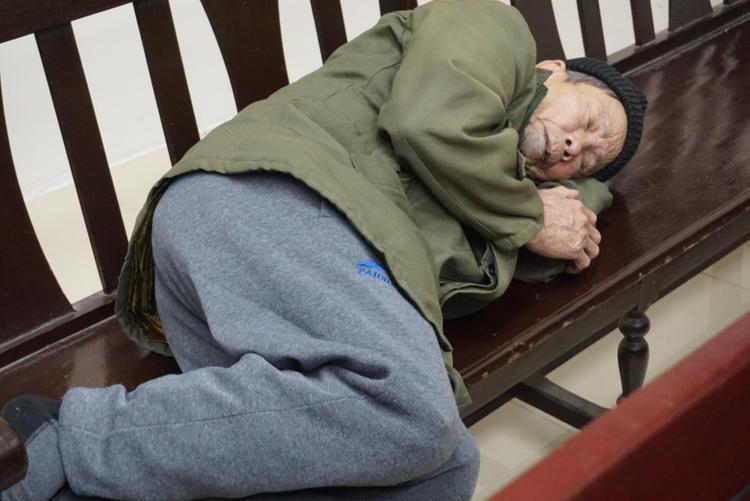 Bị cáo Vĩnh nằm mệt mỏi tại tòa.