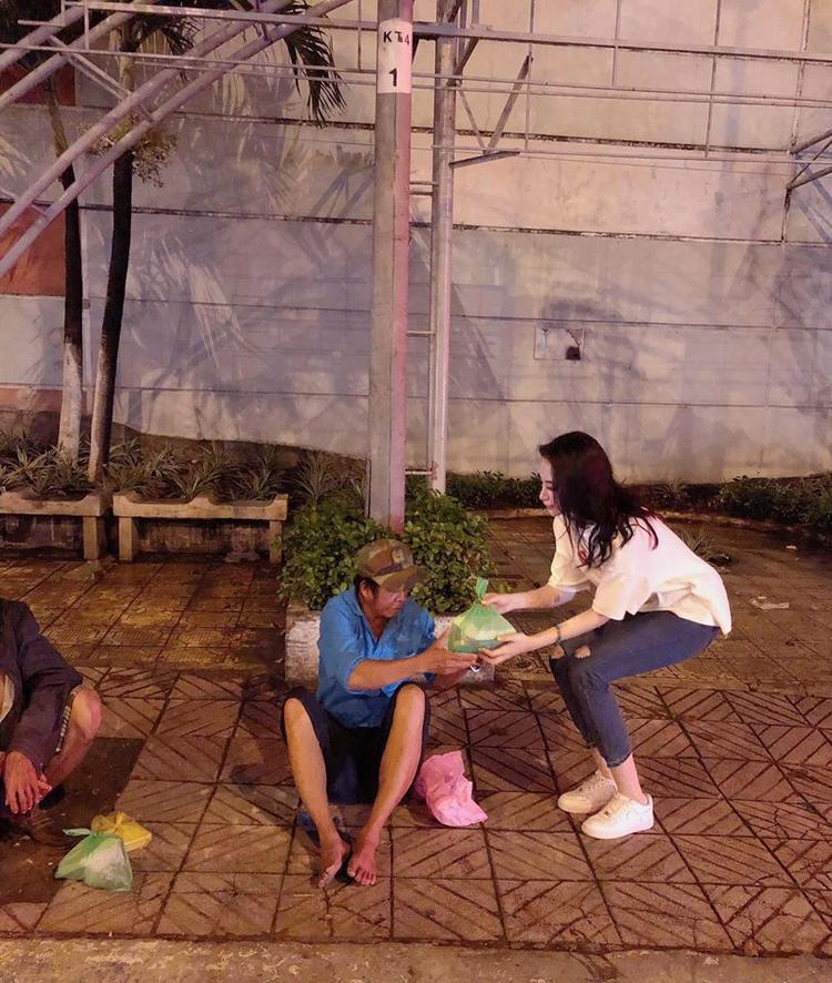 Bên cạnh tìm đến những trung tâm trẻ em nghèo, cô nàng còn quan tâm đặc biệt tới những hoàn cảnh cơ nhỡ.