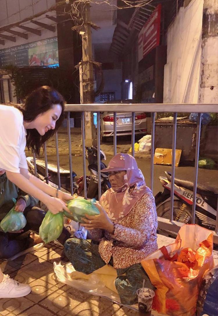 2 tháng một lần, Angela Phương Trinh đều có những hoạt động từ thiện tương tự.