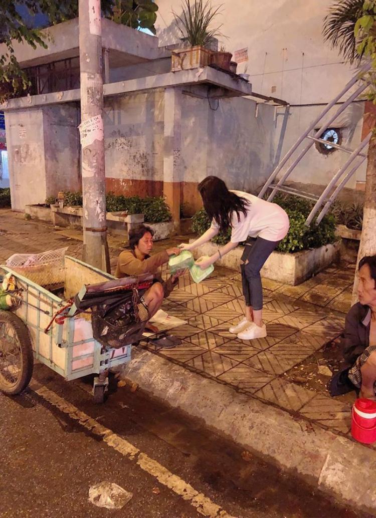 Angela Phương Trinh giản dị đi từ thiện cùng người hâm mộ giữa đêm