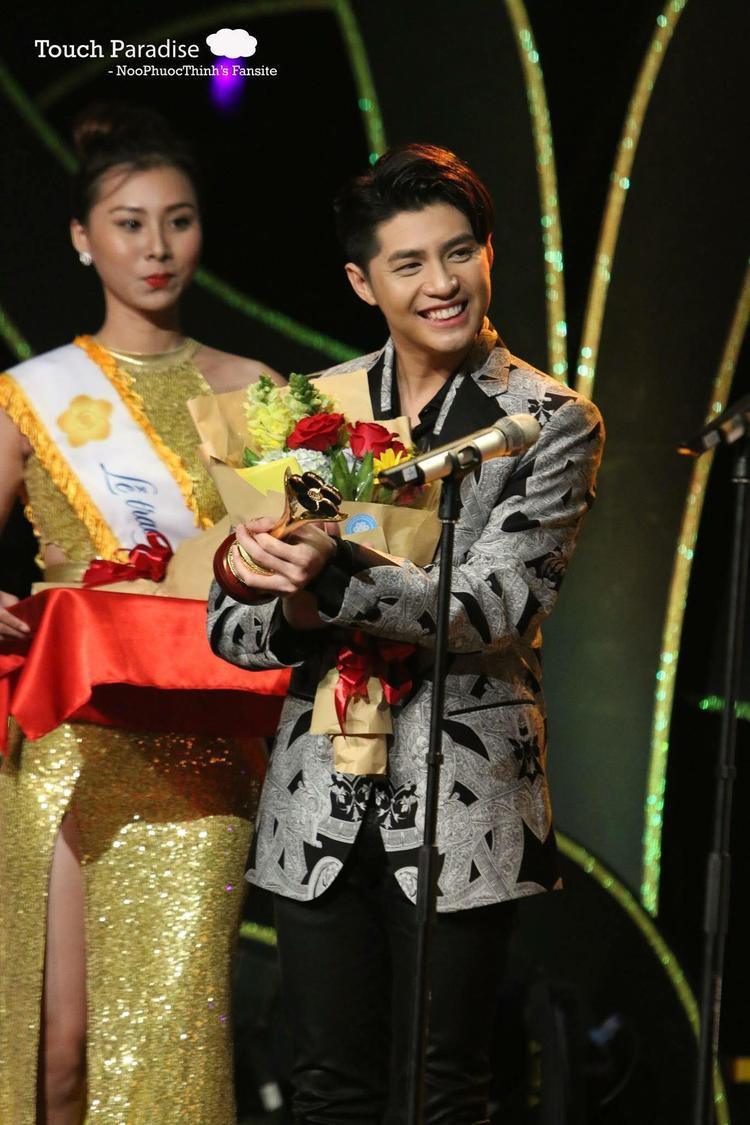 Noo Phước Thịnh được nhận 2 cúp: Nam ca sĩ được yêu thích và Top 10 Nghệ sĩ của năm. May thay vẫn kịp thời lên nhận giải Top 10 Nghệ sĩ của năm.