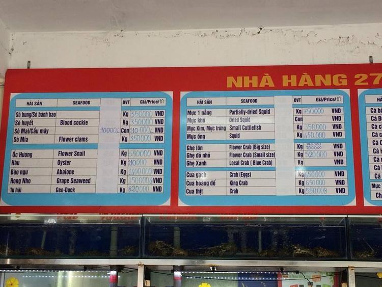 Bảng giá đồ ăn được treo trên tường.