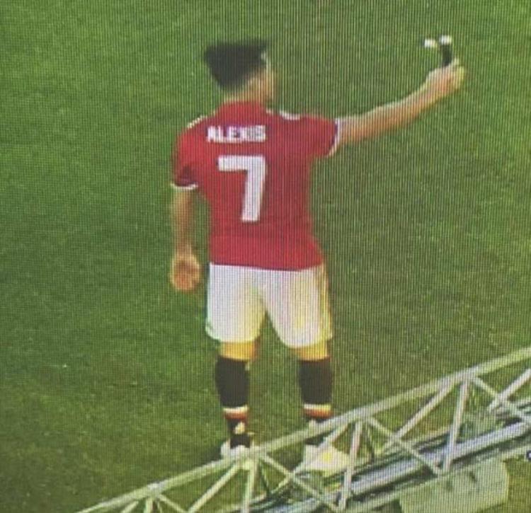 """Sanchez """"tự sướng"""" trên sân Old Trafford."""