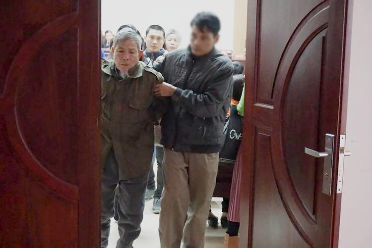 Kết thúc phiên tòa người thân nhanh chóng dìu bị cáo lặng lẽ rời khỏi tòa.