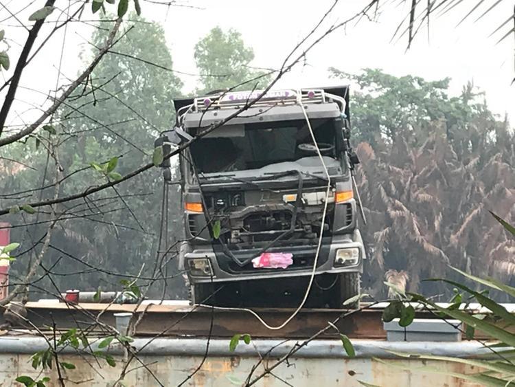 Xe tải được đưa lên sà lan