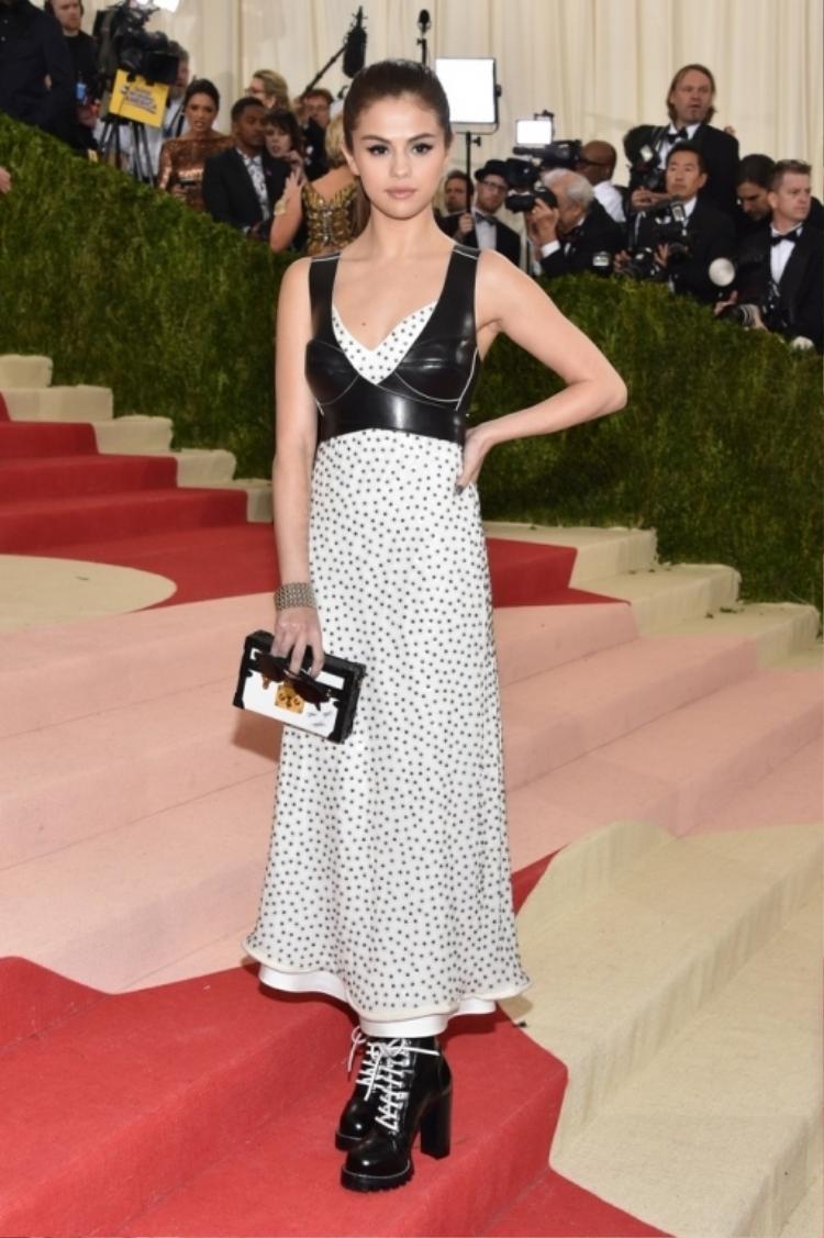 Một người đẹp táo bạo như Selena Gomez cũng chọn nội y da an toàn khi muốn làm mình nổi bật trên thảm đỏ.