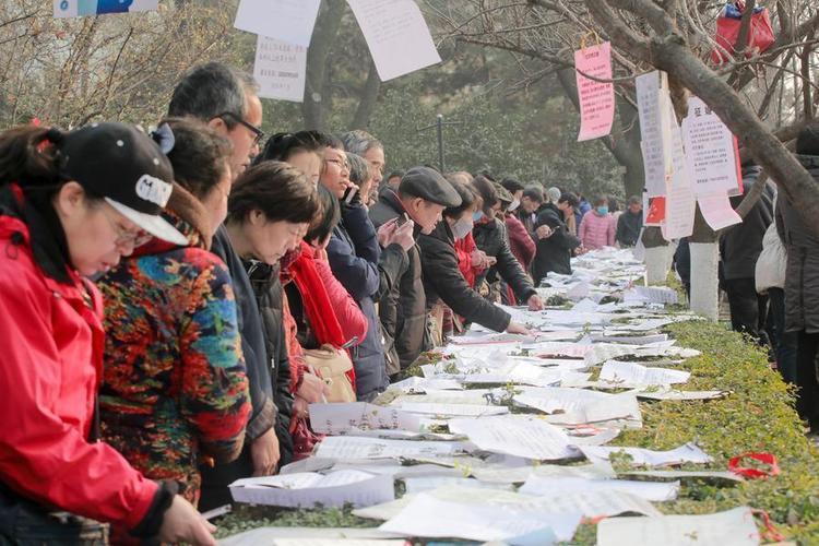 """Hôm 21/1, đông đảo phụ huynh đã tập trung tại công viên Cách mạng ở thành phố Tây An, tỉnh Thiểm Tây, Trung Quốc, để tham gia lễ hội mai mối.Suốt nhiều thập kỷ, hôn nhân ở Trung Quốc là do các ông mai bà mối hay gia đình sắp đặt. Ở một số nơi, phụ huynh đem lý lịch con mình dán trên cây và cột đèn nhằm tìm """"nửa kia"""" cho con."""