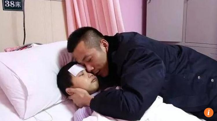 Bé Zhang và bố trên giường bệnh.