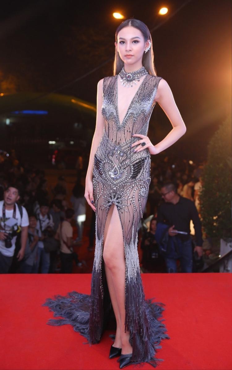 Phí Phương Anh là người đẹp nhỏ tuổi nhất, cô sinh năm 1997 nghĩa là kém Thu Thủy tận 13 tuổi. Nhưng trong thiết kế này trông cô khá già dặn.