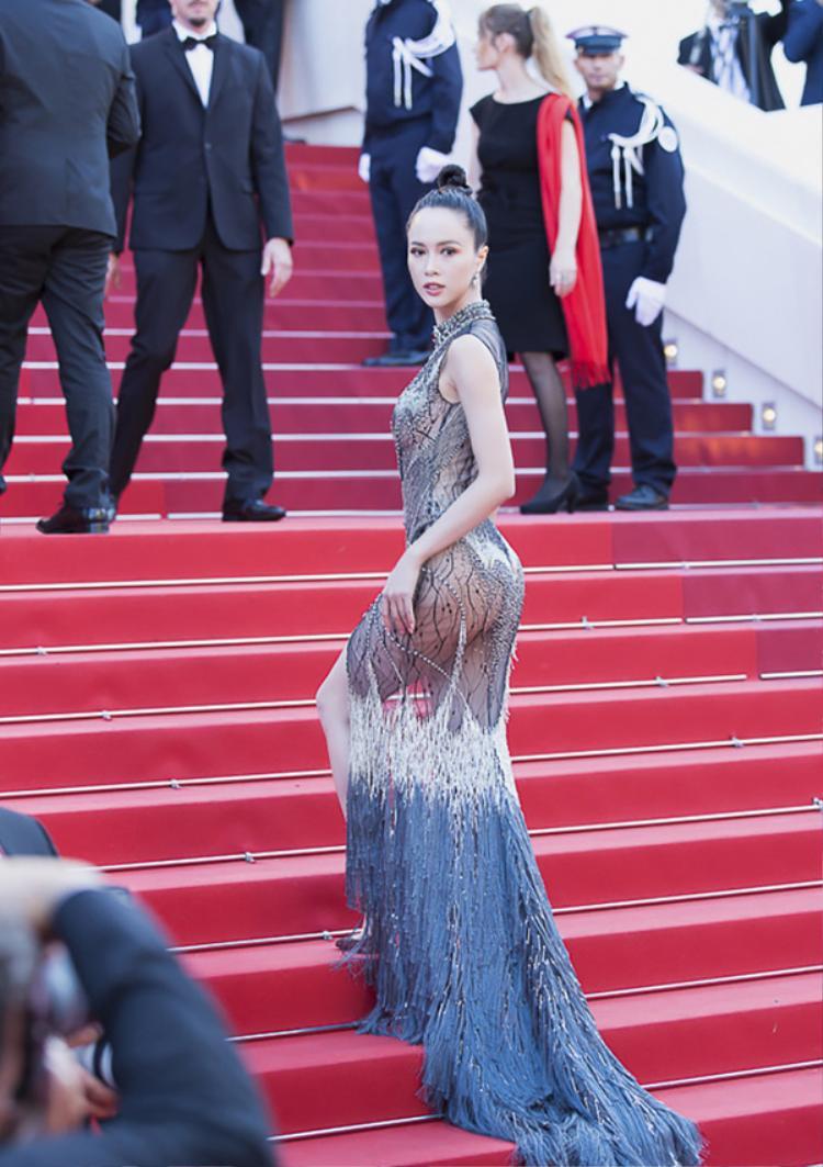 Bộ cánh này được Vũ Ngọc Anh diện trên thảm đỏlễ bế mạc LHP Cannes, một lần nữa cô chứng minh vẻ nóng bỏng của mình tại sự kiện tầm cỡ này.