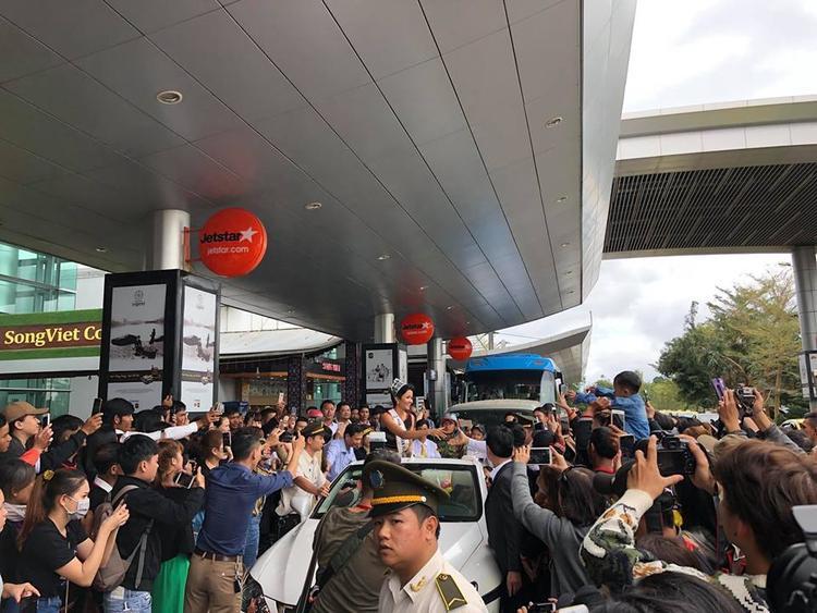 Hoa hậu H'Hen Niê xúc động khi được người dân chào đón nhiệt tình.