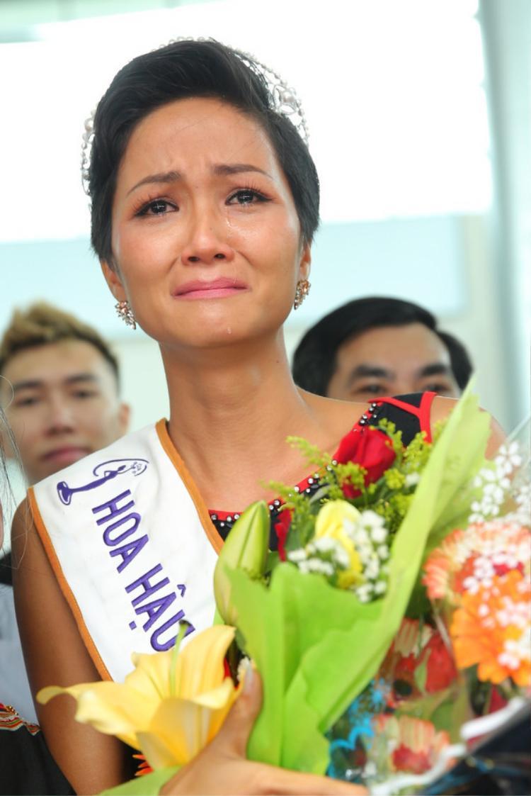H'Hen Niê khóc nức nở khi gặp lại bố mẹ.