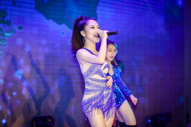 Hương Tràm tràn đầy năng lượng trong đêm nhạc vừa qua.