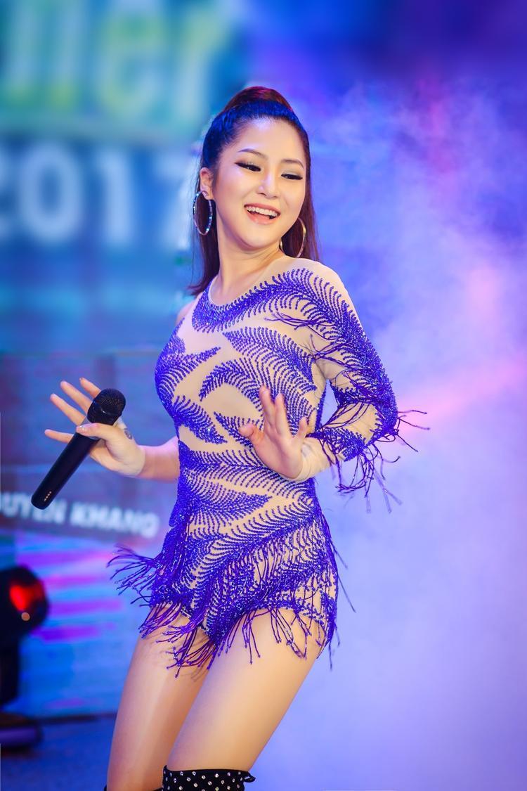 Nữ ca sĩ thu hút với bộ đầm ren xuyên thấu tinh tế.