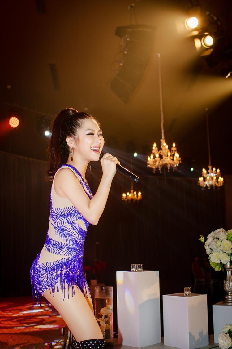 Cùng xem một số hình ảnh khác từ nữ ca sĩ Em gái mưa trong đêm nhạc…