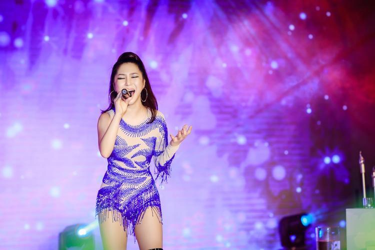 Hương Tràm diện ren xuyên thấu, sexy khó cưỡng với loạt hit từ ballad đến EDM