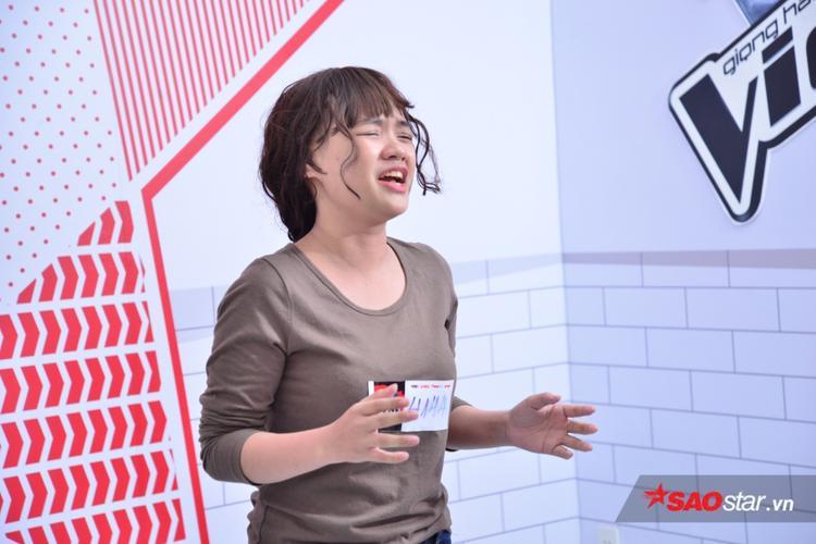 Cô gái này cố sức bình tĩnh để thể hiện trước mặt ban giám khảo.