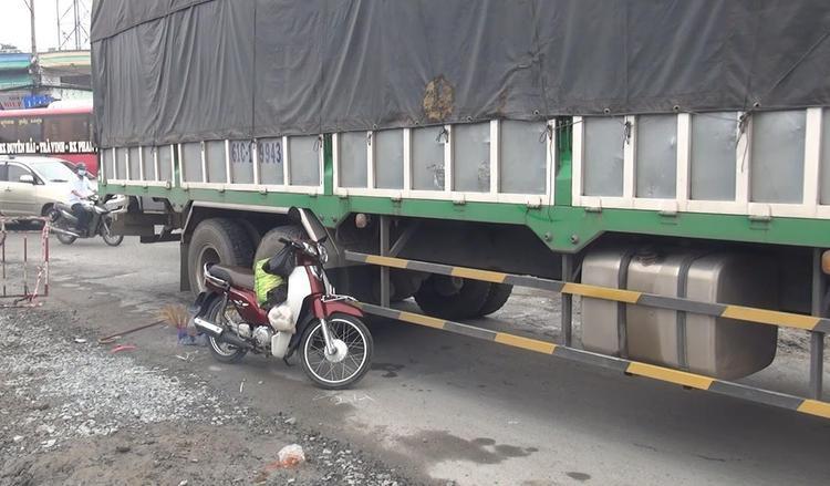 Thi thể nạn nhân đã được đưa ra khỏi gầm xe.