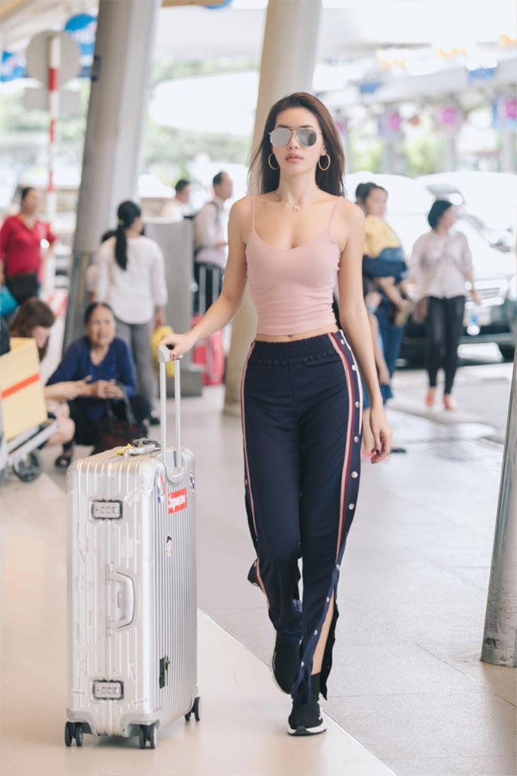 Minh Tú biến tấu áo hai dây kết hợp cùng quần thể thao xẻ tà cao vút đầy cá tính, sexy. Nếu có thể hình đẹp, các nàng có thể diện trang phục này tại sân bay để khoe hẳn 3 vòng mà không cần tiết chế.