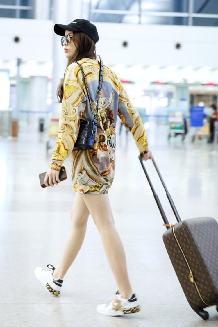 Đầm dáng suông đơn giản nhưng lại tiện lợi và thoải mái khi mặc ở sân bay. Form dáng rộng rãi, thoải mái giúp các nàng có thể dễ dàng hơn trong việc di chuyển mà không lo vướng víu như các kiểu đầm cầu kì khác.
