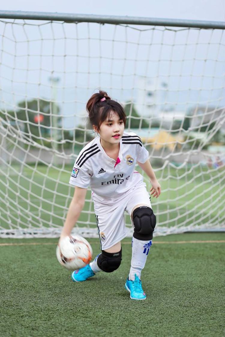 Không chỉ xinh đẹp, cô còn là fan bóng đá chân chính