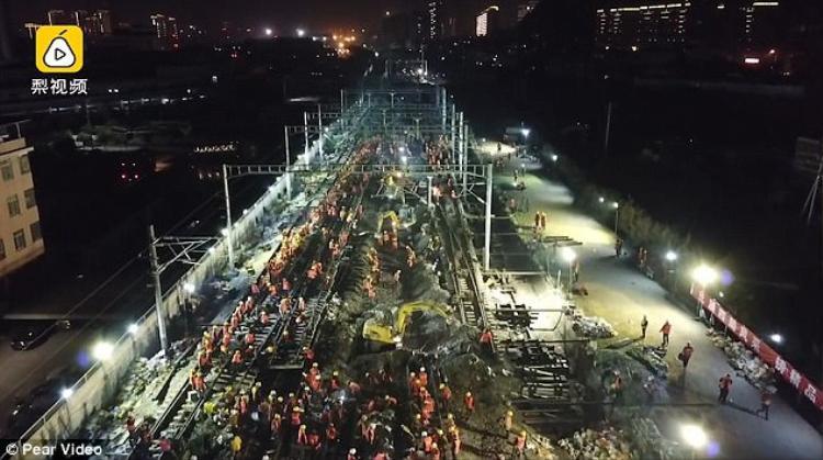 """1.500 công nhân tham gia xây dựng màn xây dựng đường sắt """"thần tốc""""."""