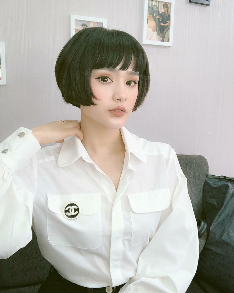 """Hiền Hồ là một trong những cái tên có gout thời trang tốt và tích cực chạy theo xu hướng. Cô nàng mặc áo sơ mi trắng thôi trông cũng vô cùng """"chất chơi"""". Không cần phụ kiện rườm rà, chỉ cần một chiếc logo Chanel cũng khiến chiếc áo sang trọng hợn rất nhiều."""
