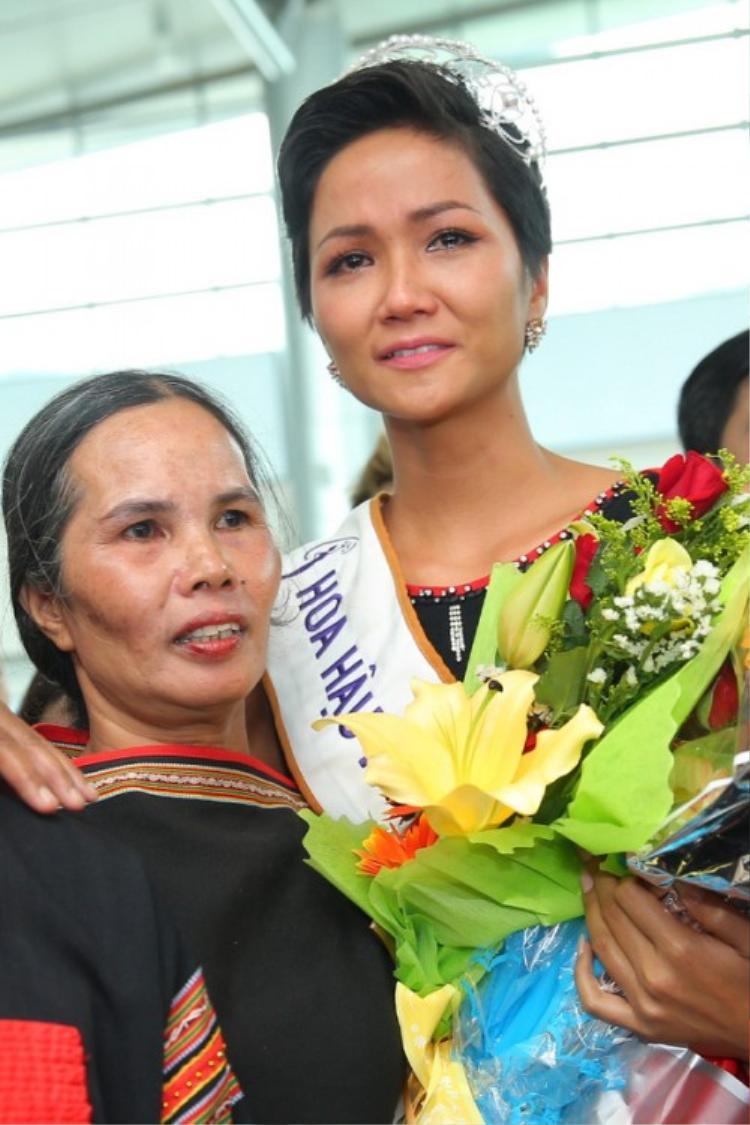 H'Hen Niê và mẹ.