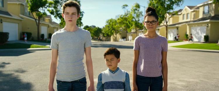 Meg Murry (Storm Reid) cùng cậu em trai Charles (Deric McCabe) và anh bạn Calvin (Levi Miller).