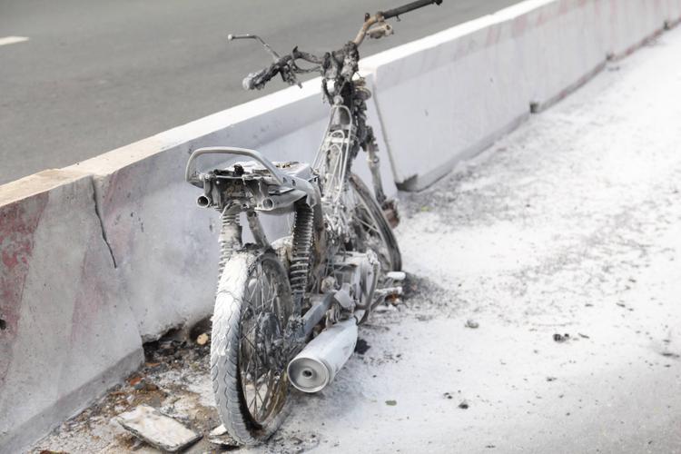 Chiếc xe máy bị cháy rụi trơ khung.