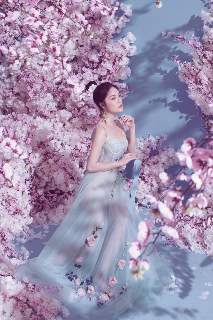 Mới đây, Dương Cẩm Lynh vừa tiết lộ cô đã bắt đầu trở lại phim trường với bộ phim Nợ giang hồ.