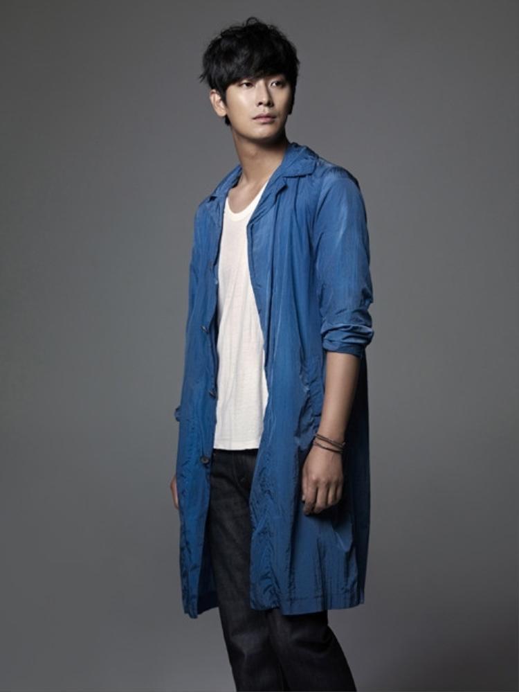 Nam diễn viên Joo Ji Hoon được lựa chọn để thay thế Song Joong Ki trong dự án phim đình đám này. Đáng tiếc, anh chàng tiếp tục không gặp may mắn bởi sự cố nhân viên tử vong khiến đoàn phim buộc phải ngừng quay.