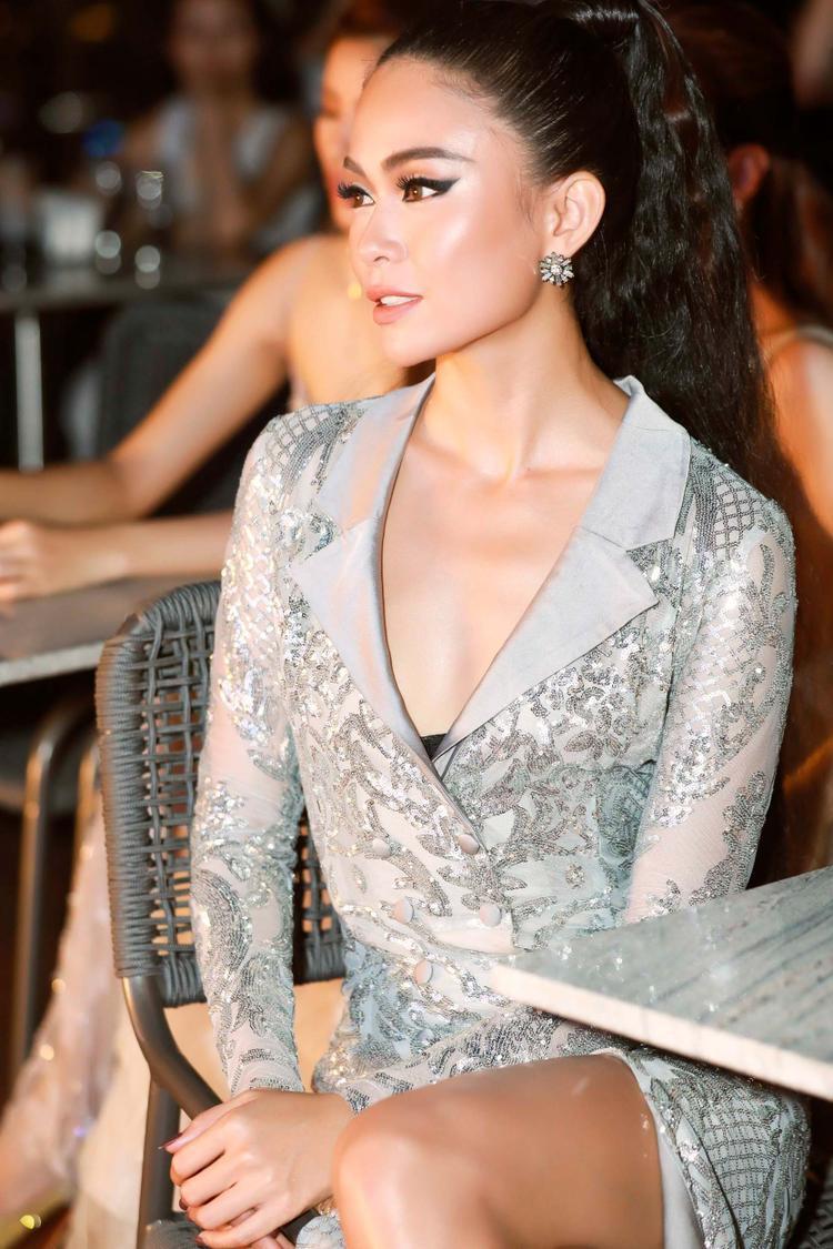 Bộ cánh nằm trong top trang phục thảm đỏ đẹp nhất do tạp chí Elle bình chọn. Được biết đây là mẫu thiết kế của nhà tạo mốtĐức Vincie.