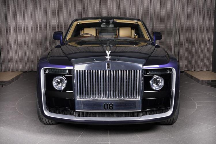 Phần đầu xe có thiết kế mạnh mẽ với cản trước mới, đèn pha, đường viền bao quanh và logo thương hiệu Rolls-Royce.