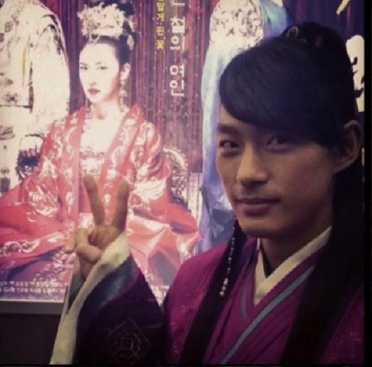 Jeon Tae Soo hí hửng selfie trước ảnh poster phim Empress Ki của chị gái.