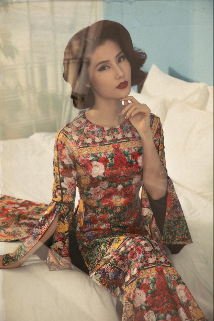 Thiết kế với phần tay áo xẻ khiến người đẹp khoe được cánh tay thon, dài.