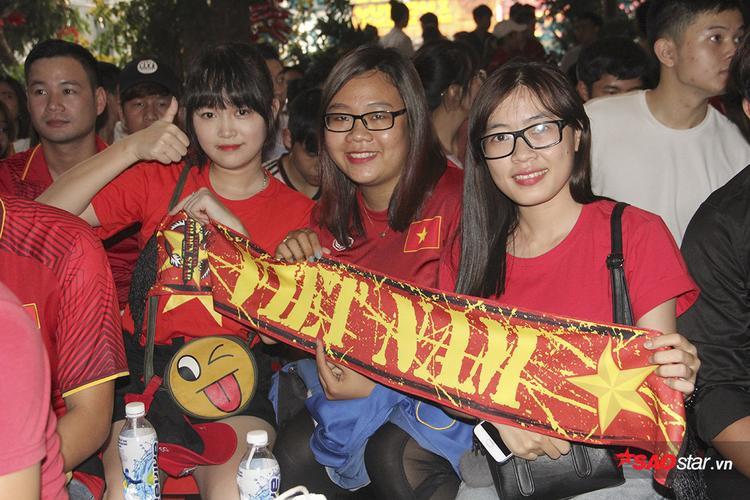 Các fan nữ hào hứng trước trận đấu.