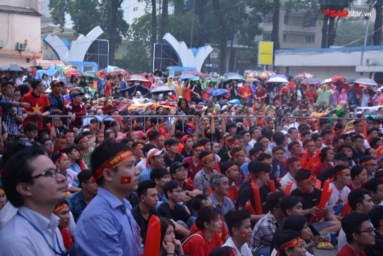 Người hâm mộ bóng đá miền Nam đội mưa để cổ vũ cho đội tuyển nước nhà.