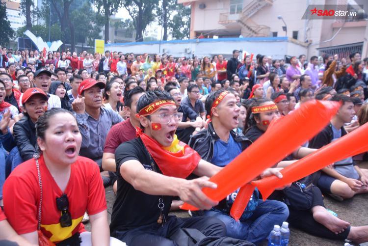 Không quản nắng mưa, họ vẫn mang tinh thần tự hào dân tộc đến cổ vũ cho U23 Việt Nam.