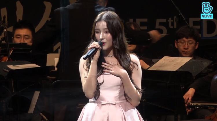 Nancy (nhóm MOMOLAND) mở màn đêm hội, cô nàng cũng đảm nhận vai trò dẫn dắt buổi lể cùng với MC Cho Woo Jong.