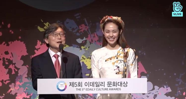 Cô nàng cười e thẹn sau khi phát biểu bằng tiếng Hàn vô cùng trôi chảy