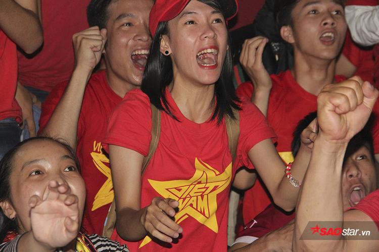 Fan nữ xinh khóc như mưa, hôn nhau đắm đuối vì chiến thắng thần kỳ của U23 Việt Nam